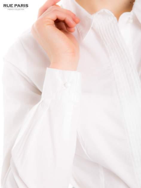 Biała koszula z krytą listwą i guzikami perełkami                                  zdj.                                  6