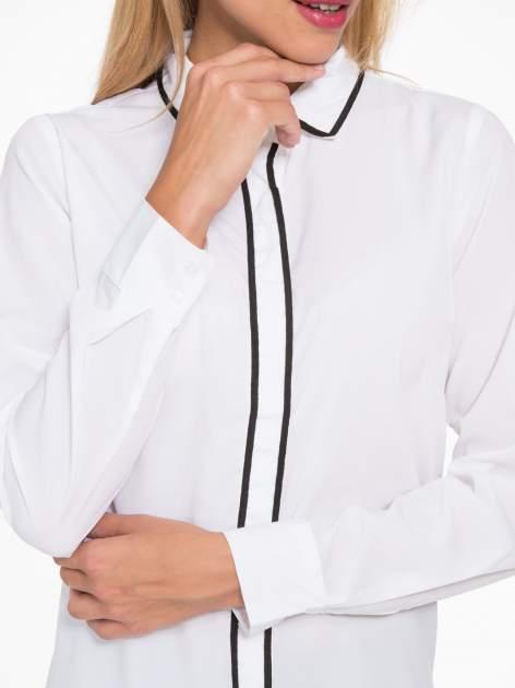 Biała koszula z małym kołnierzykiem i kontrastowym obszyciem                                  zdj.                                  8