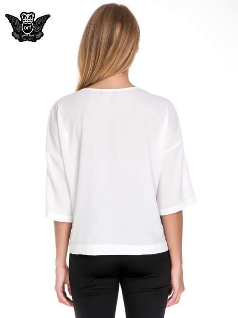 Biała koszula z obniżoną linią ramion i kieszonką                              zdj.                              4