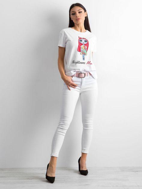 Biała koszulka z kolorowym printem                              zdj.                              4