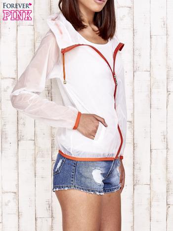 Biała kurtka wiatrówka z pomarańczowym suwakiem                                  zdj.                                  3
