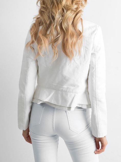 Biała kurtka z ekoskóry z falbankami                              zdj.                              2