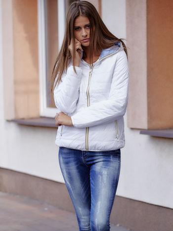Biała ocieplana kurtka z kontrastowym wykończeniem kaptura