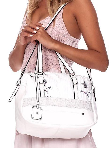 Biała owalna torebka z karbowaną wstawką w kwiaty                              zdj.                              5