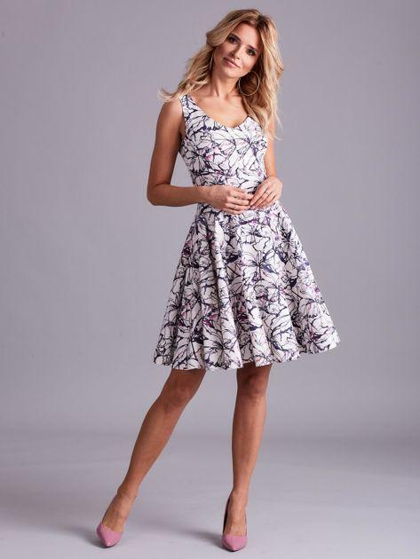 Biała rozkloszowana sukienka we wzory                              zdj.                              4