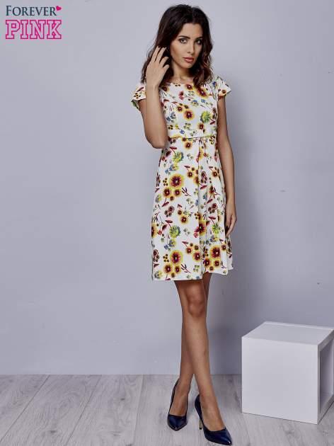 Biała rozkloszowana sukienka z krótkim rękawem w czerwone kwiaty                                  zdj.                                  2