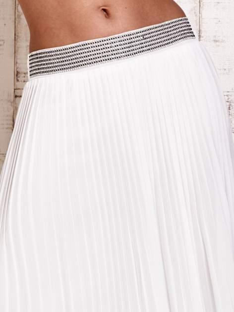 Biała spódnica maxi plisowana z dżetami w pasie                                   zdj.                                  4