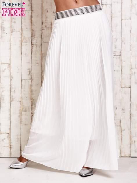 Biała spódnica maxi plisowana z dżetami w pasie                                   zdj.                                  1