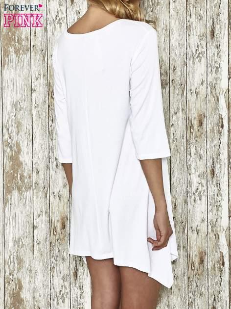 Biała sukienka damska z nadrukiem kotów                                  zdj.                                  3