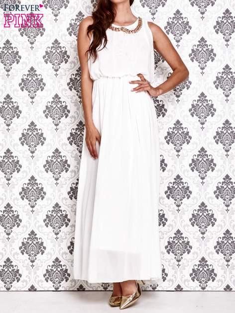 Biała sukienka maxi z łańcuchem przy dekolcie                                  zdj.                                  1