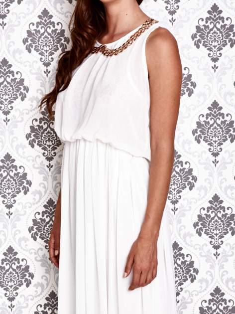 Biała sukienka maxi z łańcuchem przy dekolcie                                  zdj.                                  6