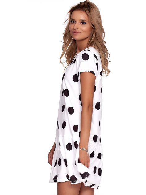 Biała sukienka w grochy z falbaną                              zdj.                              5