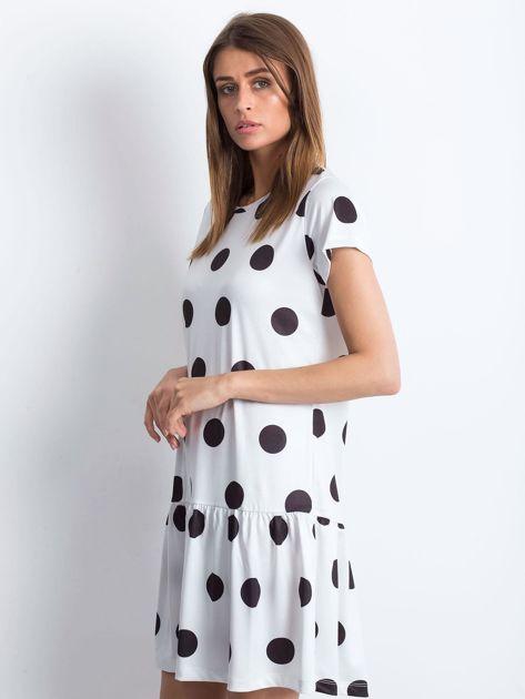 Biała sukienka w grochy z szeroką falbaną                              zdj.                              3
