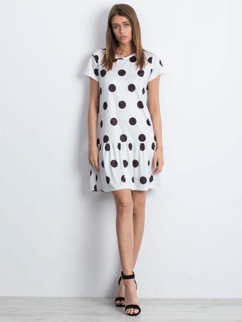 Biała sukienka w grochy z szeroką falbaną                              zdj.                              4