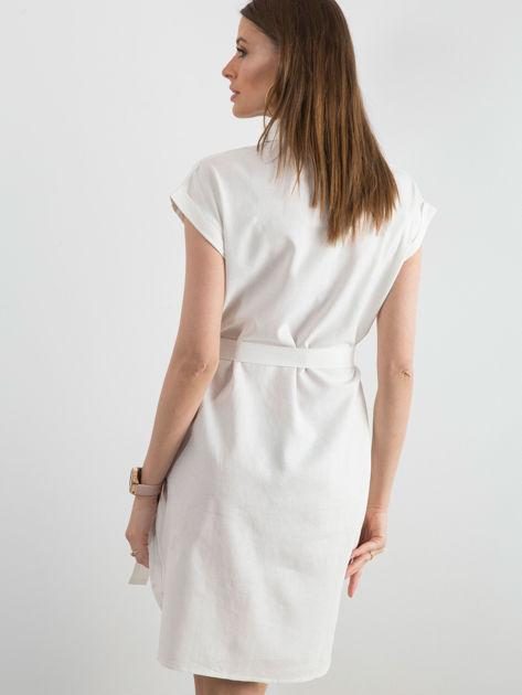 Biała sukienka z asymetrycznym zapięciem                              zdj.                              2