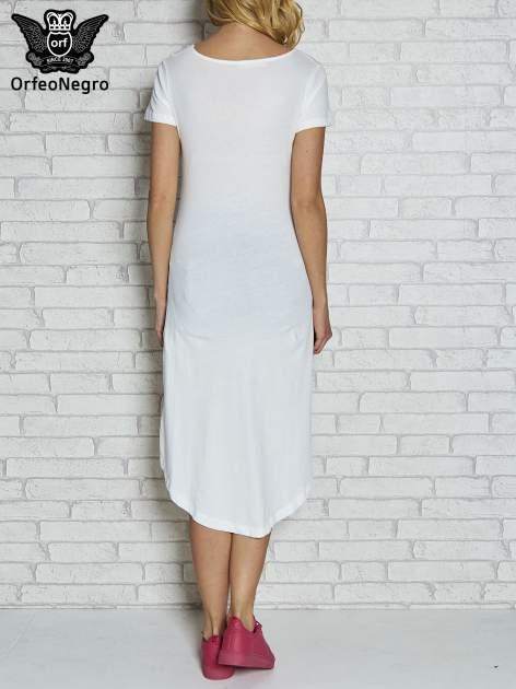 Biała sukienka z dłuższym tyłem i napisem INSPIRE THE WORLD                                  zdj.                                  3