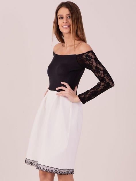 Biała sukienka z koronkowymi rękawami                              zdj.                              2