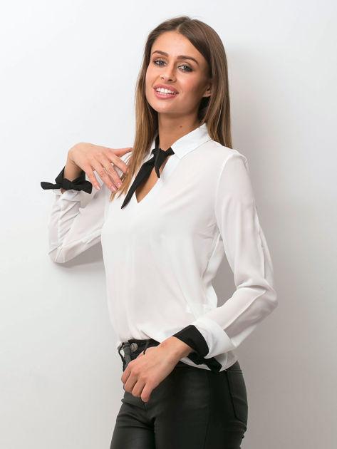 Biała szyfonowa bluzka z kontrastowymi wiązaniami                              zdj.                              3