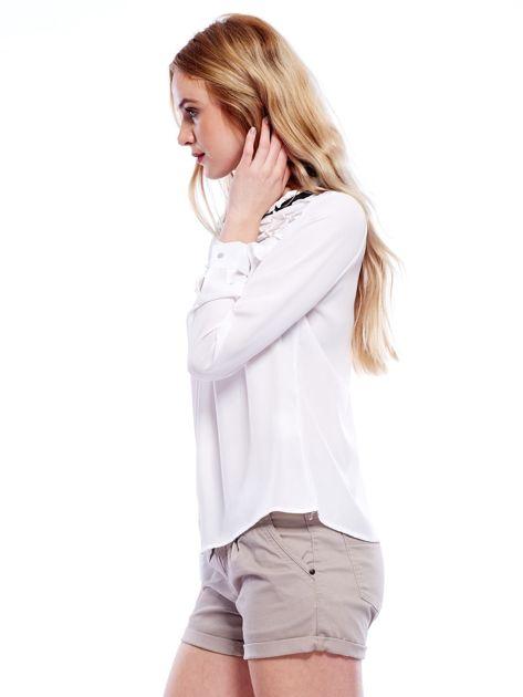 Biała szyfonowa bluzka z wiązaniem i perełkami                              zdj.                              5