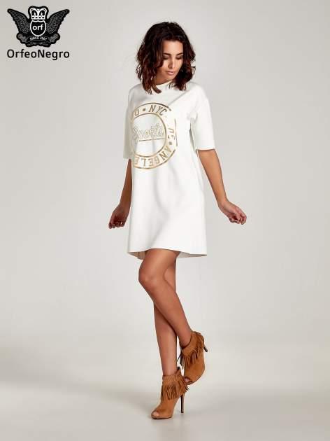 Biała tunika ze złotym printem w stylu sportowym                                  zdj.                                  7