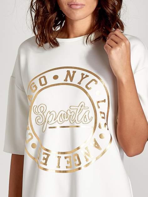 Biała tunika ze złotym printem w stylu sportowym                              zdj.                              5