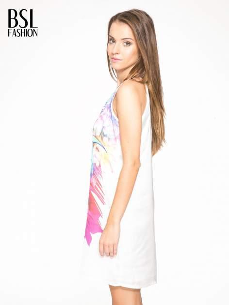 Biała zwiewna sukienka z nadrukiem kwiatowym                                  zdj.                                  3