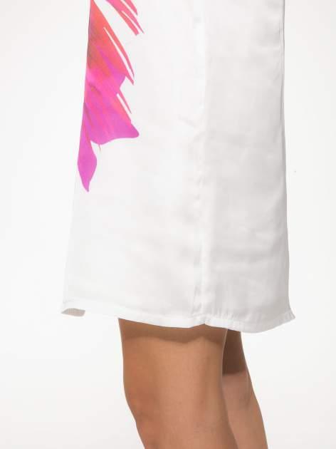 Biała zwiewna sukienka z nadrukiem kwiatowym                                  zdj.                                  8