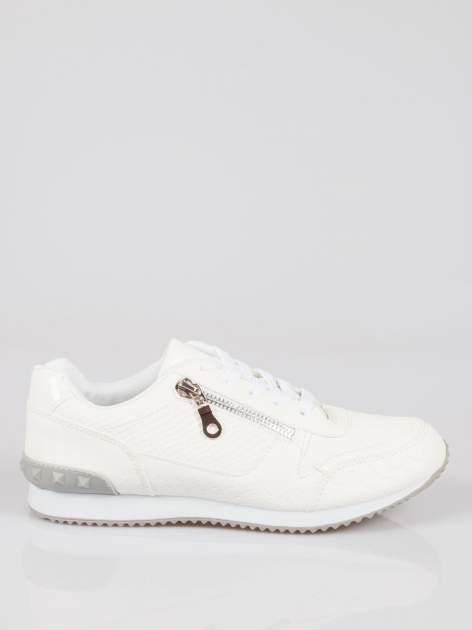 Białe adidasy damskie z efektem skóry krokodyla i suwakiem                                  zdj.                                  1