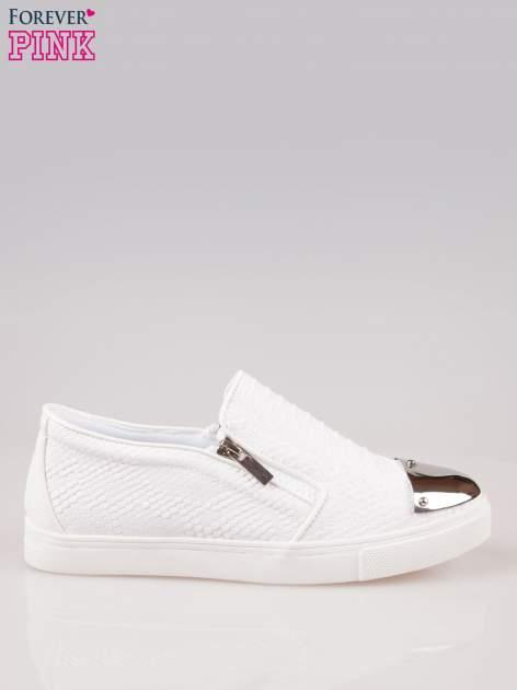 Białe buty slip on Mia z efektem skóry krokodyla i srebrnym czubkiem                                  zdj.                                  1