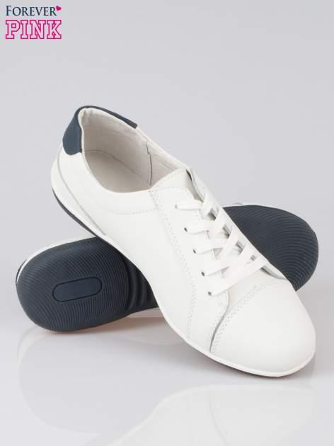 Białe buty sportowe faux leather Lucky na granatowej podeszwie                                  zdj.                                  4