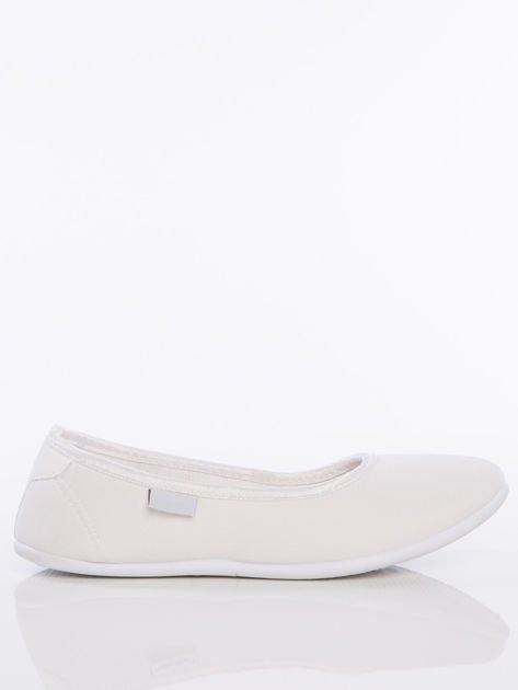 Białe gładkie materiałowe baleriny Mellow na białej podeszwie                                  zdj.                                  1