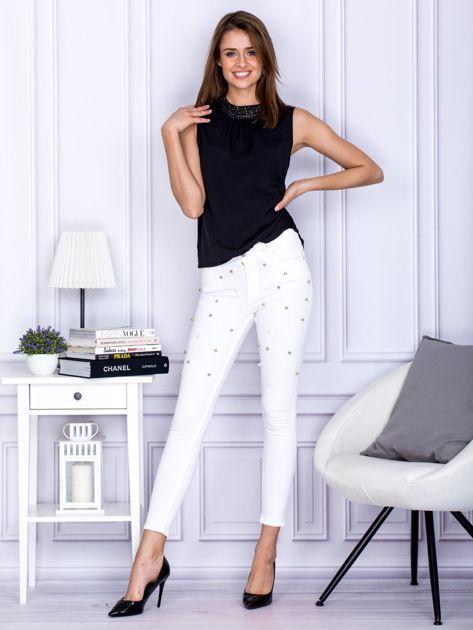 Białe jeansowe spodnie rurki z perełkami                                  zdj.                                  4