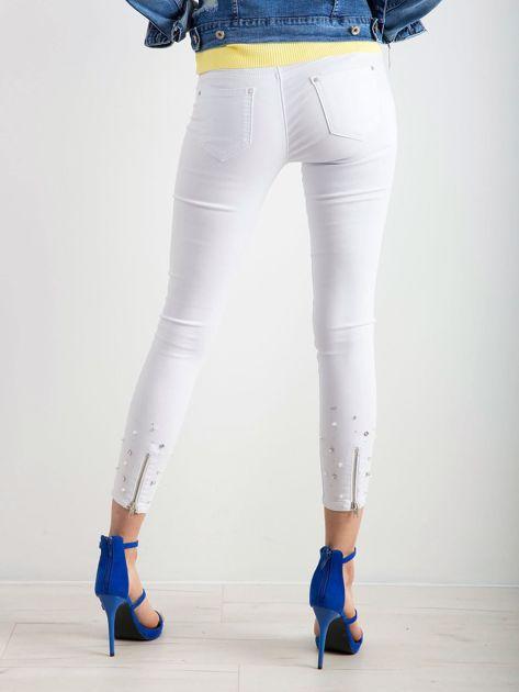 Białe jeansy biodrówki                              zdj.                              2