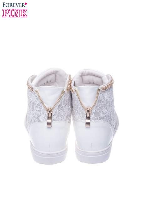 Białe koronkowe sneakersy z łańcuszkiem                                  zdj.                                  3