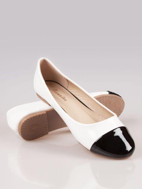Białe lakierowane baleriny Two-color z czarnym noskiem                                  zdj.                                  4