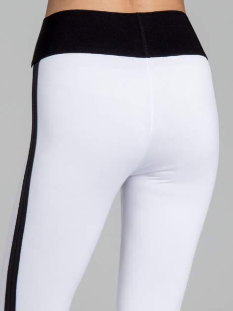 Białe legginsy ze skórzanymi lampasami po bokach                                  zdj.                                  7