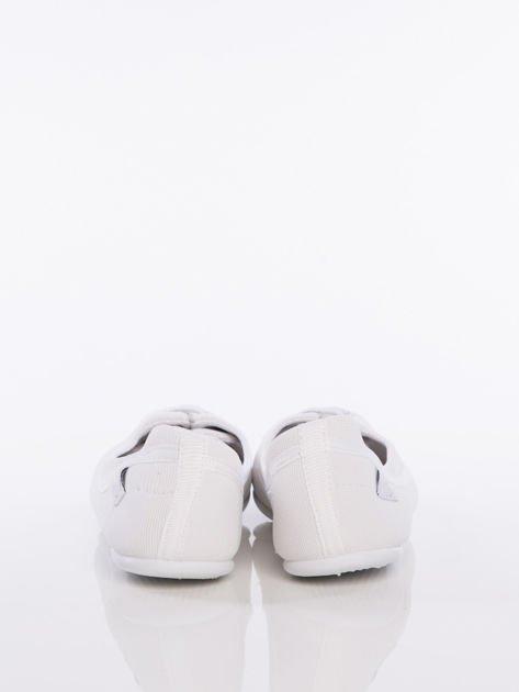 Białe materiałowe baleriny Cushy Court ze sznurówkami i białą podeszwą                                  zdj.                                  3