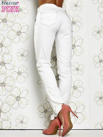Białe materiałowe proste spodnie                                  zdj.                                  2