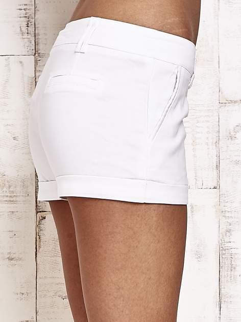 Białe materiałowe szorty z podwijaną nogawką                                  zdj.                                  6