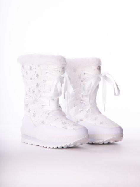 Białe pikowane śniegowce w srebrne gwiazdki sznurowane tasiemką                              zdj.                              2