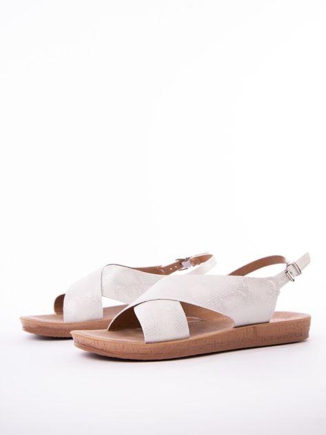 Białe sandały Mulanka z tłoczoną fakturą                               zdj.                              3
