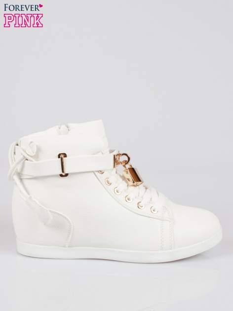 Białe sneakersy damskie ze złotą kłódką                                  zdj.                                  1