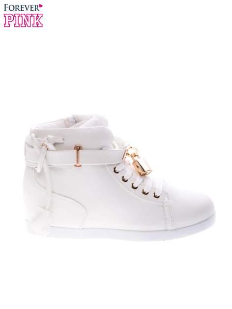 Białe sneakersy do kostek ze złotą kłódką                                  zdj.                                  1