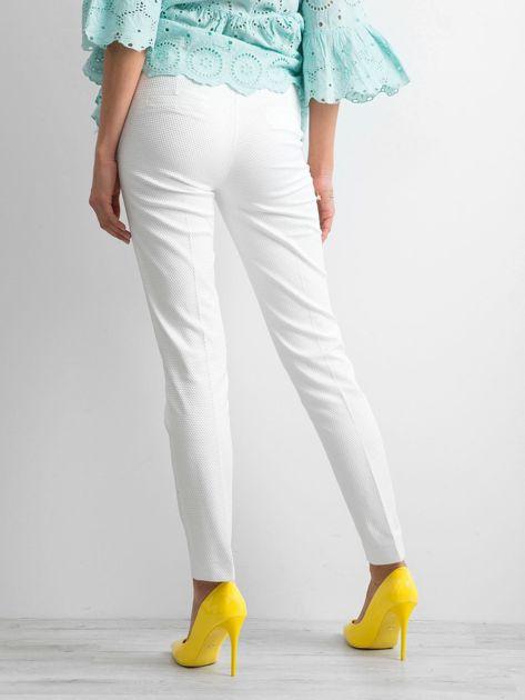 Białe spodnie damskie o prostym kroju                              zdj.                              2
