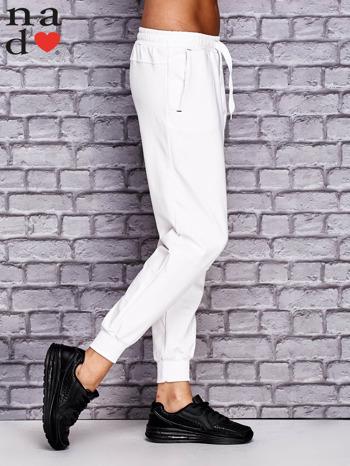 Białe spodnie dresowe z zasuwaną kieszonką                                  zdj.                                  3