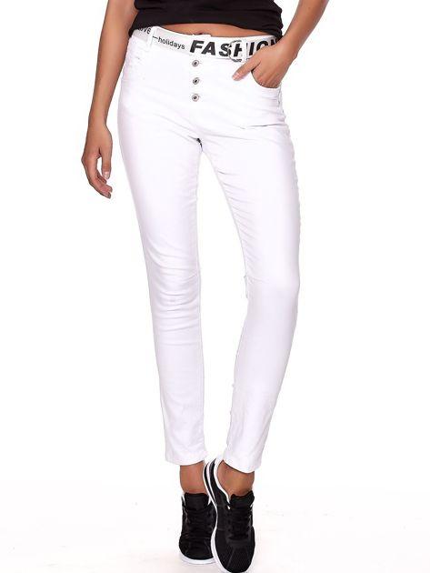Białe spodnie jeansowe rurki z wyższym stanem                              zdj.                              1