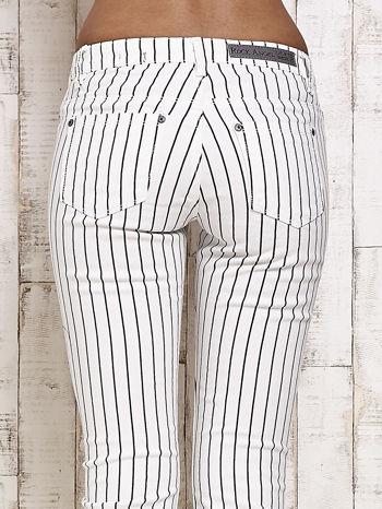 Białe spodnie rurki w paski                                  zdj.                                  5