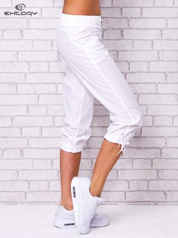 Białe spodnie sportowe capri z guzikami                                  zdj.                                  2