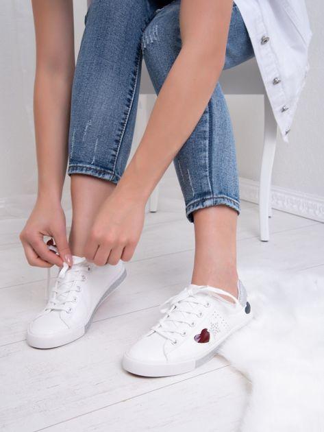 Białe tenisówki Kylie z kolorowymi serduszkami                               zdj.                              2