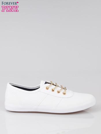 Białe tenisówki w stylu żeglarskim